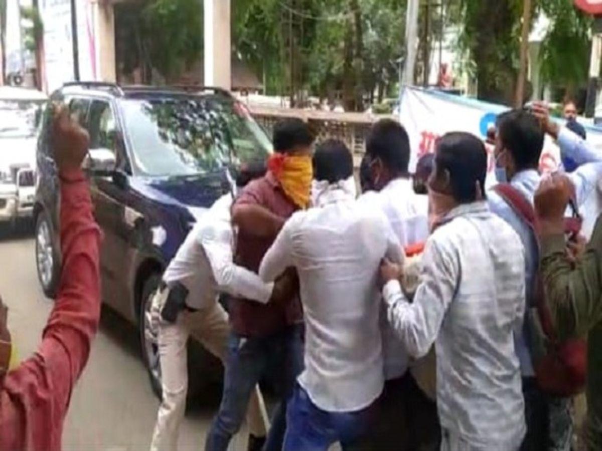 अखिल भारतीय विद्यार्थी परिषद् के कार्यकर्ताओ की जानवरों से बदतर पिटाई - क्या ये गणतंत्र है ?