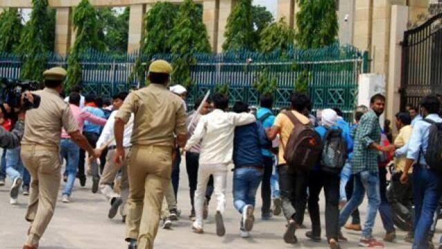 झांसी :  लाठीचार्ज के चलते वकीलों ने किया प्रदर्शन, प्रधानमंत्री को सौंपा ज्ञापन