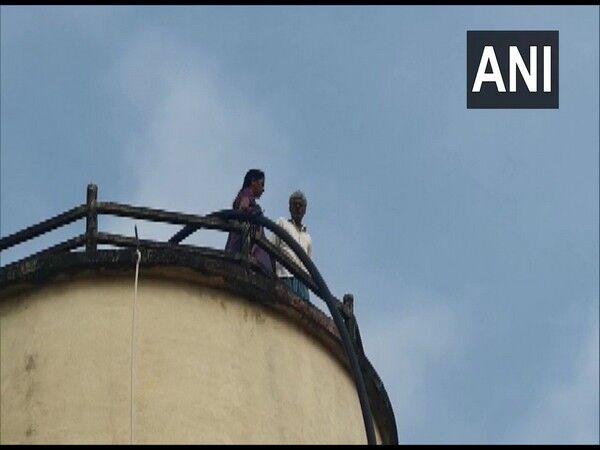 ग्राम प्रधान की शिकायत लेकर पानी टंकी पर चढ़ा बुजुर्ग दंपति
