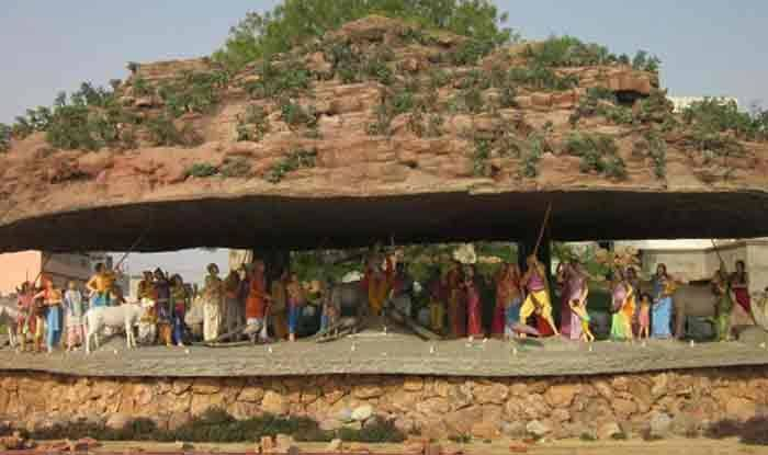मथुरा : 75 फुट लम्बा गिरिराज  महाराज बनाकर की गई स्थापना
