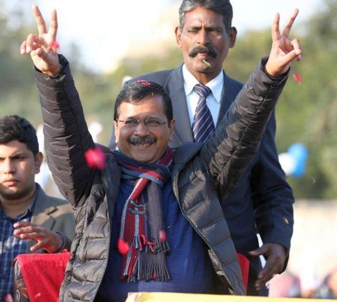 दिल्ली चुनाव में शुरुआती दौर में आप को बढ़त भाजपा भी पीछे पीछे