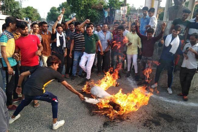 मथुरा : महंगाई के विरोध में फूंका गया ऊर्जा मंत्री श्रीकांत शर्मा का पुतला, लोगों में जमकर रोष