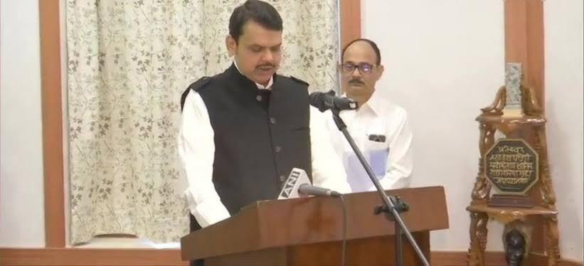 देवेंद्र फड़नवीस ने महाराष्ट्र के मुख्यमंत्री के रूप में शपथ ली, राकांपा के अजीत पवार डिप्टी सीएम बने