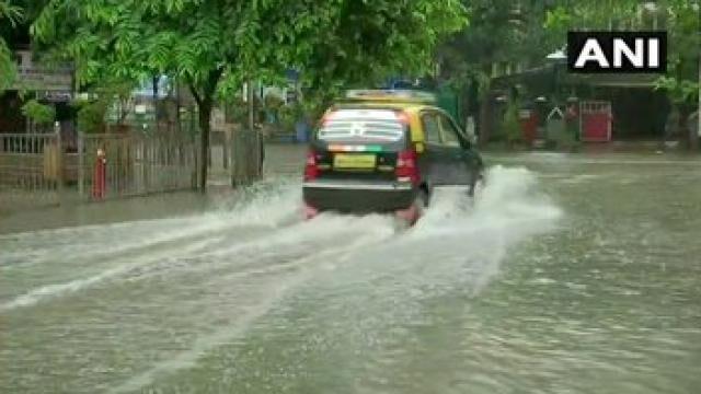मुंबई में भारी बारिश से जनजीवन अस्त-व्यस्त