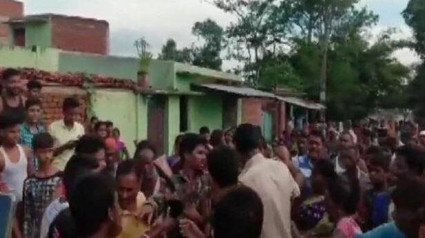 बलिया :अस्पताल में कराने आया था बच्चे का इलाज,बच्चा चोर समझकर भीड़ ने पीटा