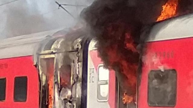 तेलंगाना एक्सप्रेस में आग से हड़कंप