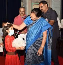 उत्तर प्रदेश की राज्यपाल आनंदीबेन पटेल ने टीवी से ग्रसित एक बच्ची को लिया गोद