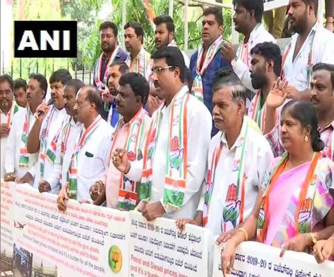 कांग्रेस कार्यकर्ताओं ने पेट्रोल और डीजल की बढ़ी कीमतों का किया विरोध