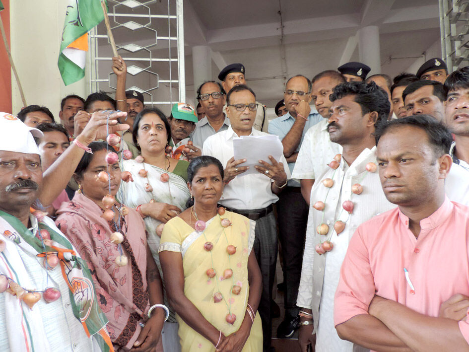 हरदोई : कांग्रेसियों ने प्याज की माला पहन कर किया प्रदर्शन