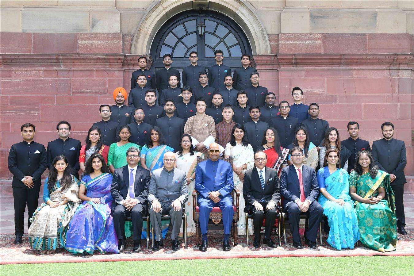 राष्ट्रपति से रॉयल भूटान विदेश सेवा के दो प्रशिक्षु अधिकारियों ने भेंट की