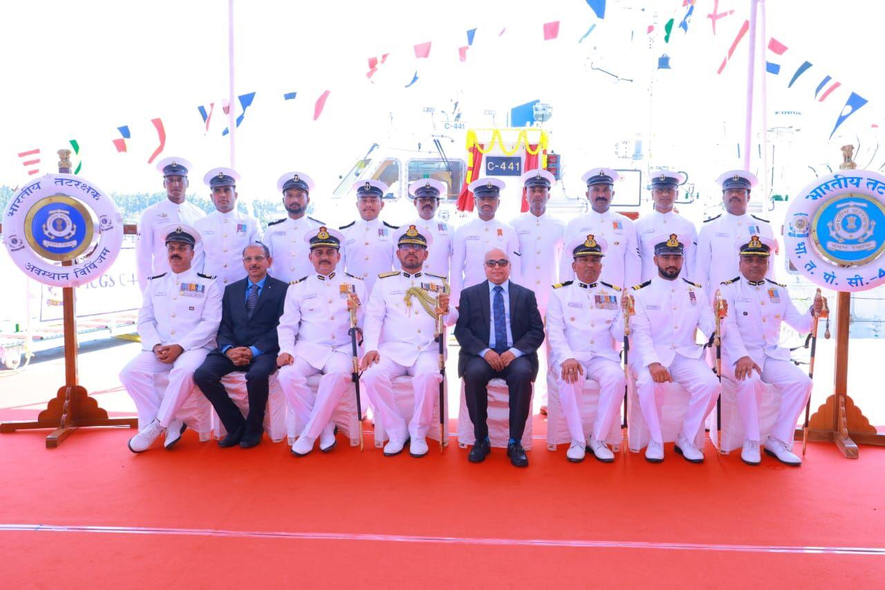 महानिरीक्षक विजय डी. चाफेकर, क्षेत्रीय कमांडर विहिंगम हार्बर में भारतीय तटरक्षक के नये पोत का जलावतरण किया